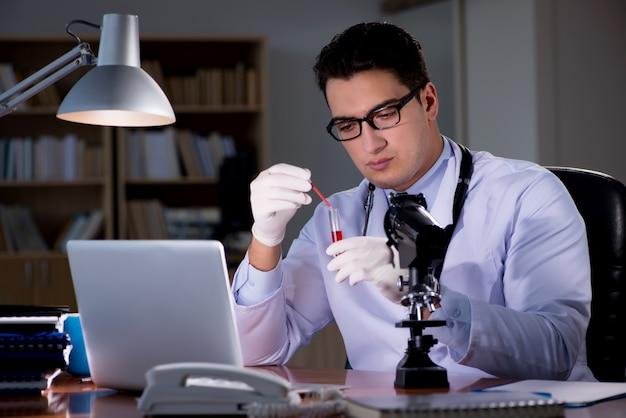 Jovem médico trabalhando até tarde no escritório
