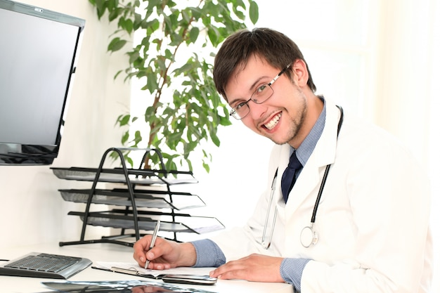 Jovem médico trabalhando em seu escritório