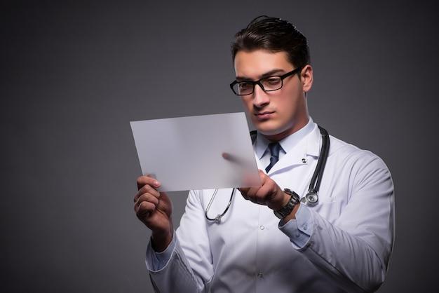 Jovem médico trabalhando no computador tablet