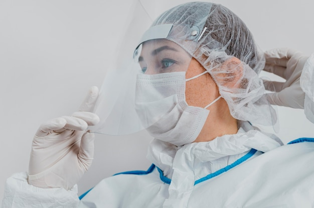 Jovem médico usando máscara médica