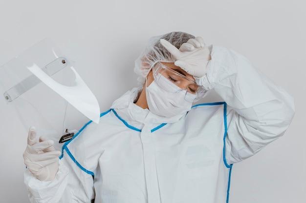 Jovem médico usando uma máscara facial