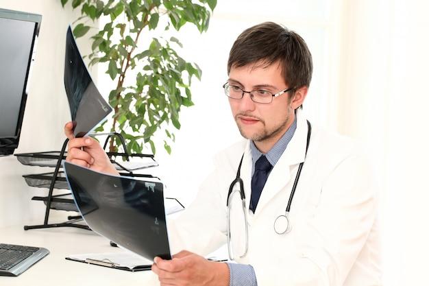 Jovem médico visualização xray