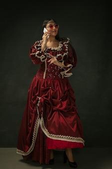 Jovem medieval em um traje antiquado