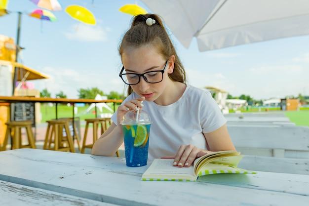 Jovem, menina adolescente, com, óculos, bebendo, azul, limonada