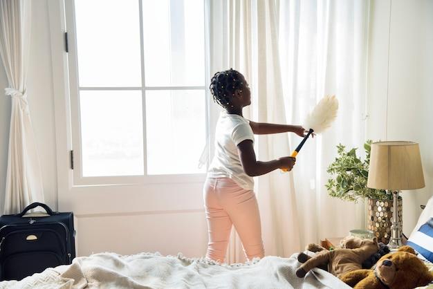 Jovem, menina adolescente, limpar, a, quarto