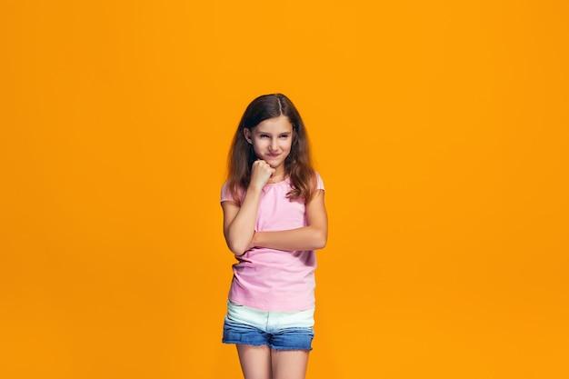 Jovem menina adolescente pensativa séria. conceito de dúvida.