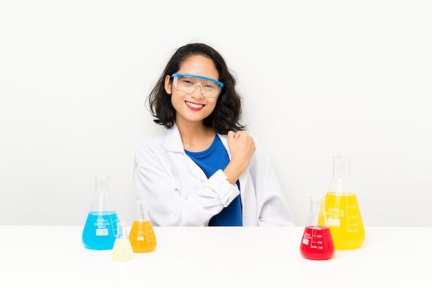 Jovem menina asiática científica comemorando uma vitória