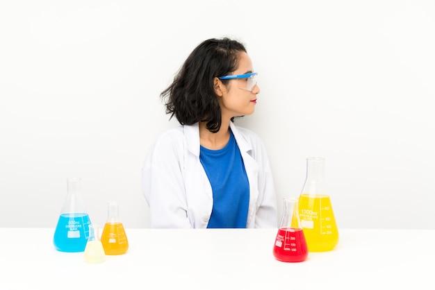 Jovem menina asiática científica olhando para o lado