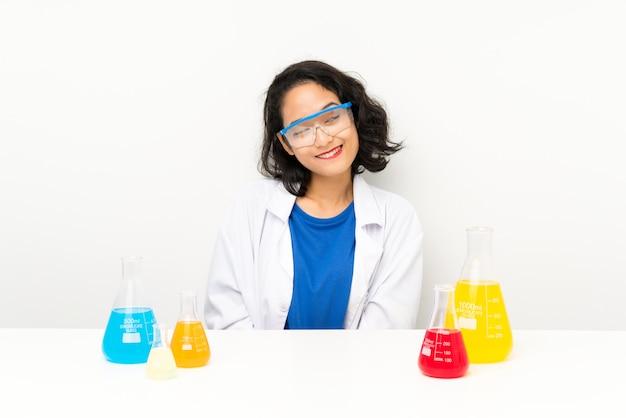 Jovem menina asiática científica rindo e olhando para cima