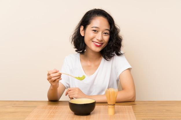 Jovem menina asiática com chá matcha