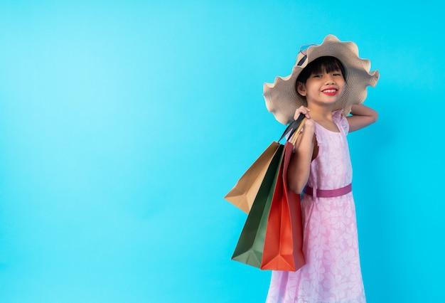 Jovem, menina asiática, criança, segurando sacola compras