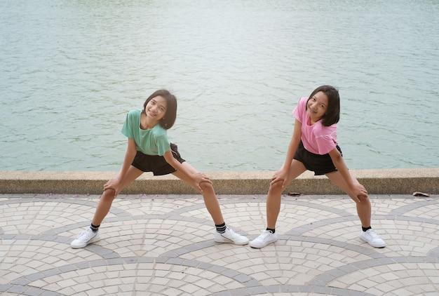 Jovem menina asiática exercício no parque de saúde.