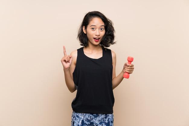 Jovem menina asiática fazendo halterofilismo
