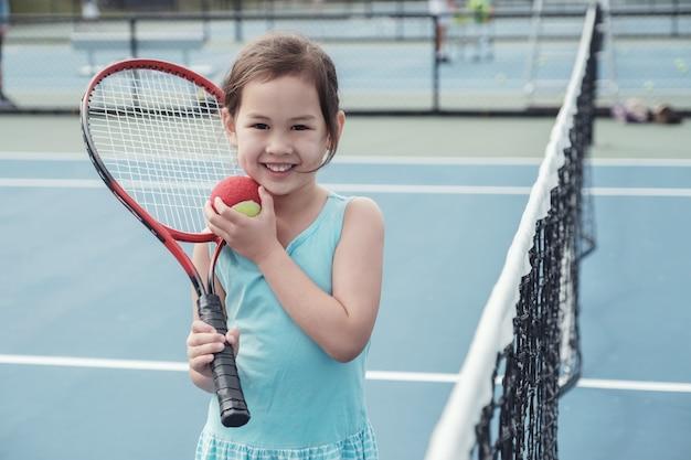 Jovem, menina asiática, jogador tênis, ligado, ao ar livre, azul, corte