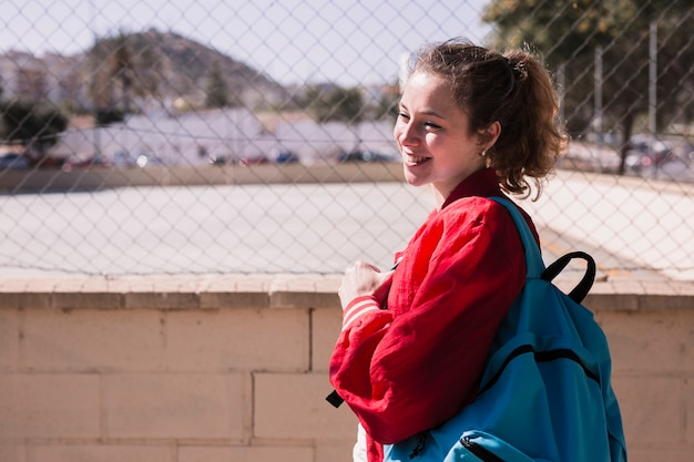 Jovem menina bonita em pé perto de sportsground