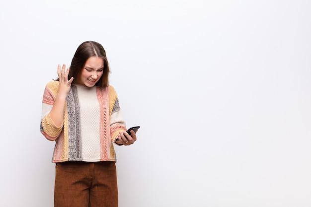 Jovem menina bonita loira segurando um smartphone