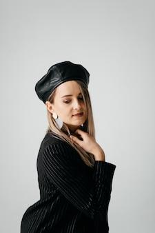 Jovem menina bonita no estúdio, retrato da moda