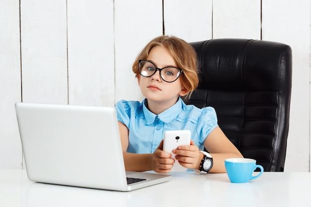 Jovem menina bonita sentada no local de trabalho no escritório.
