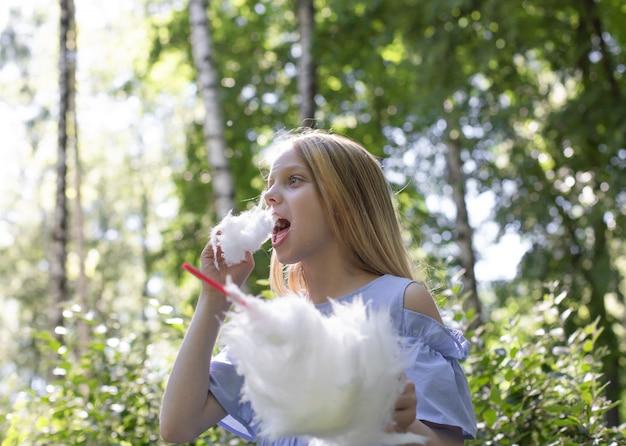 Jovem, menina, com, algodão doce
