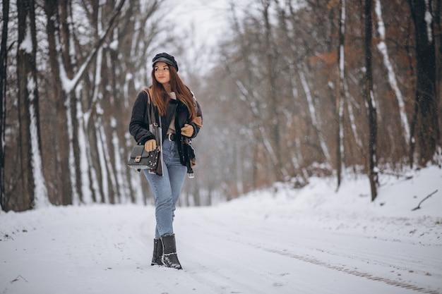 Jovem, menina, modelo, andar, em, inverno, parque