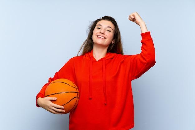 Jovem menina morena com bola de basquete