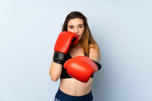 Jovem menina morena com luvas de boxe sobre fundo isolado