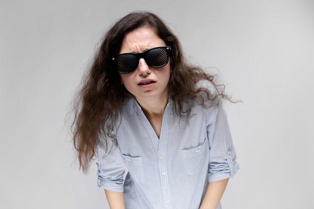Jovem menina morena com óculos.