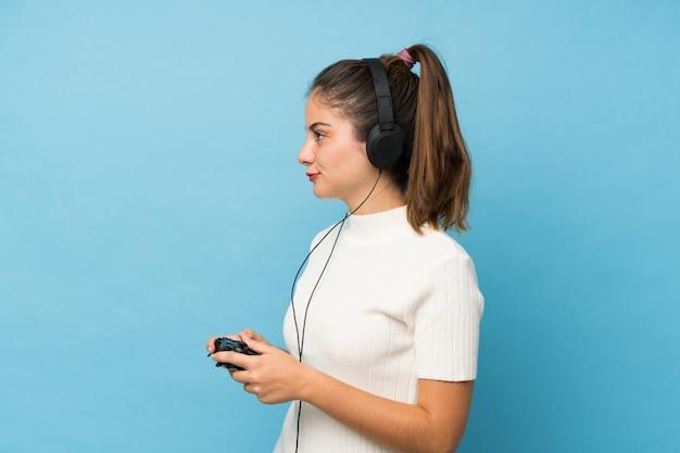 Jovem menina morena isolada jogando em videogames