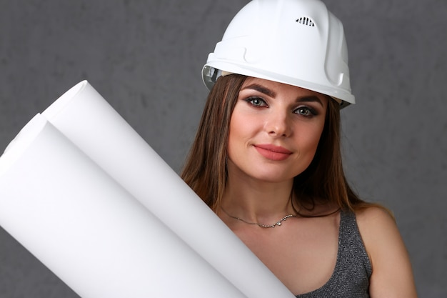Jovem menina morena linda usando capacete branco