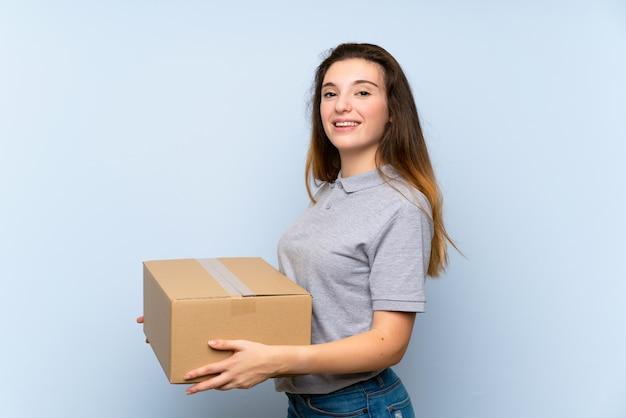 Jovem menina morena segurando uma caixa para movê-lo para outro site