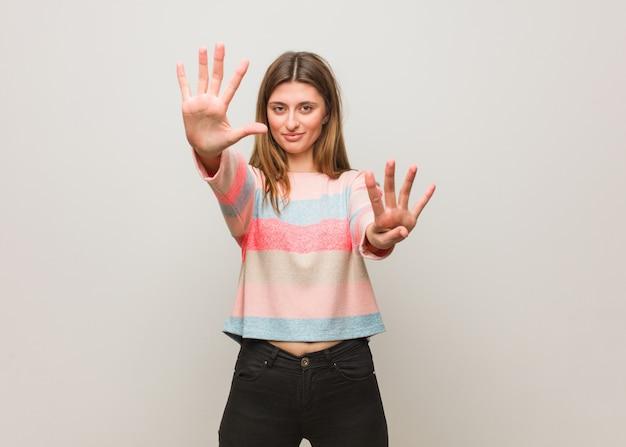 Jovem, menina russa, mostrando, numere nove