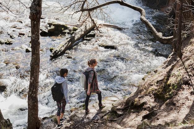 Jovem, meninas, andar, pedras, rio