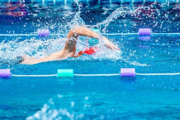 Jovem, menino, nadador, prática, seu, freestyle, apoplexia, em, um, local, piscina