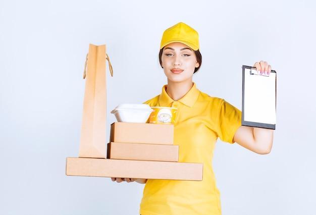 Jovem mensageiro confiante segurando pacotes e lista de verificação enquanto olha para a frente