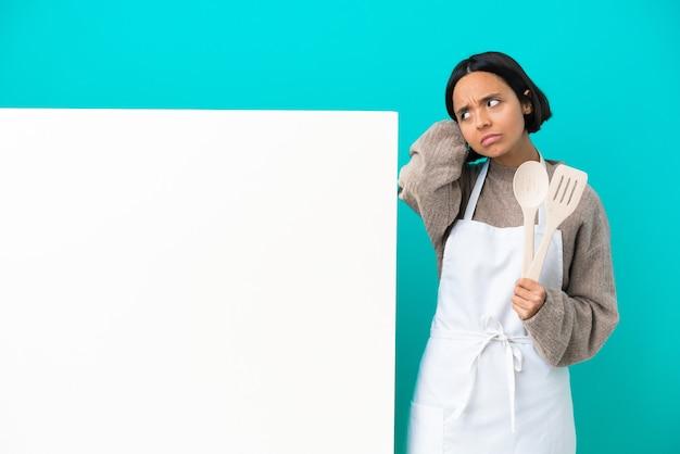 Jovem mestiça cozinheira com um grande cartaz isolado