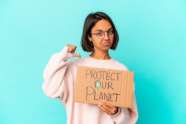 Jovem mestiça de raça hispânica segurando um papelão proteja nosso planeta sente-se orgulhosa e autoconfiante, um exemplo a seguir.
