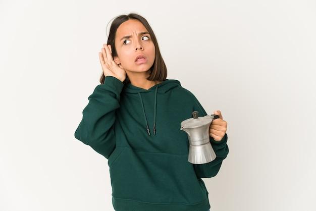 Jovem mestiça segurando um café