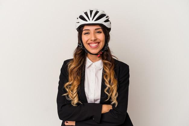Jovem mexicana andando de bicicleta para trabalhar, isolada no fundo branco, rindo e se divertindo.