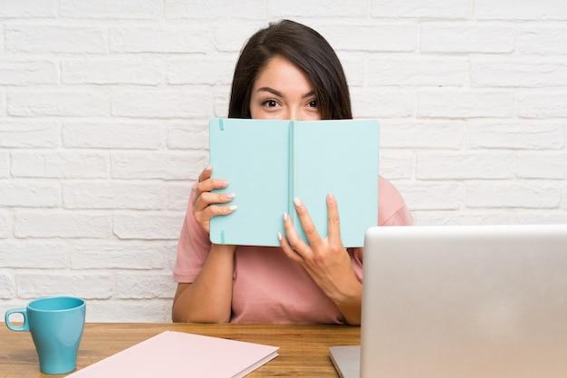 Jovem, mexicano, mulher, com, um, laptop