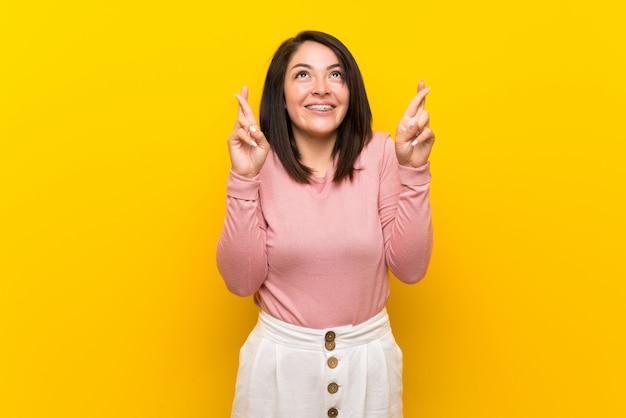 Jovem, mexicano, mulher, sobre, isolado, amarela, com, dedos cruzando, e, desejando, a, melhor