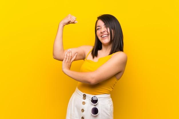 Jovem, mexicano, mulher, sobre, isolado, amarela, fazendo, forte, gesto