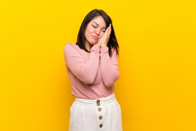 Jovem, mexicano, mulher, sobre, isolado, amarela, fazer, sono, gesto, em, dorable, expressão