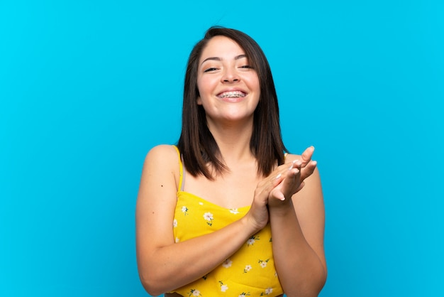 Jovem, mexicano, mulher, sobre, isolado, azul, fundo, aplaudindo