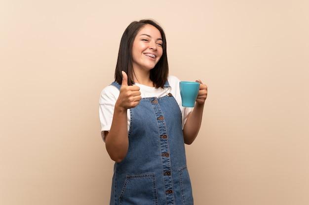 Jovem, mexicano, mulher, sobre, isolado, segurando, xícara quente café