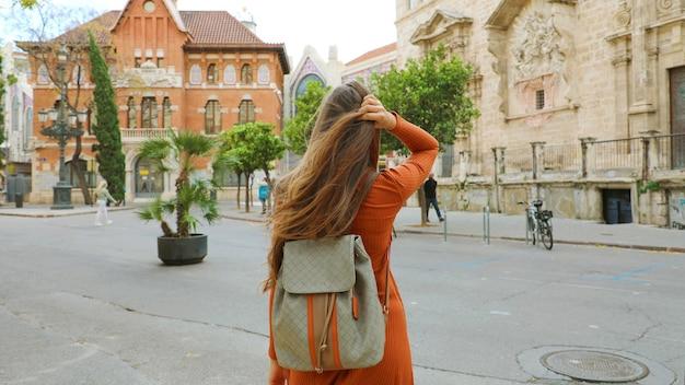 Jovem mochileira visita a cidade de valência, espanha
