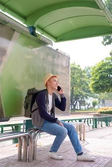 Jovem mochileiro asiático viajando se divertindo na cidade