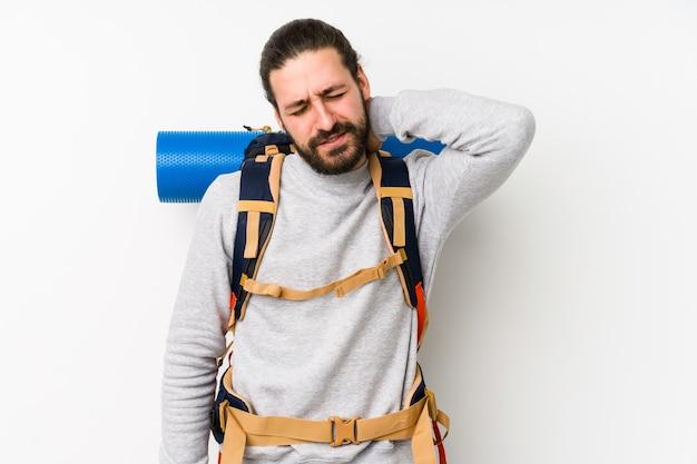 Jovem mochileiro isolado em uma parede branca, sofrendo de dor no pescoço devido ao estilo de vida sedentário.