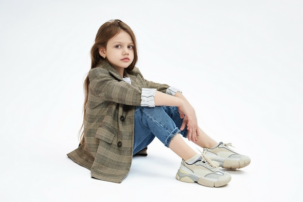Jovem moda beleza. menina criança posando, alegria e emoções divertidas