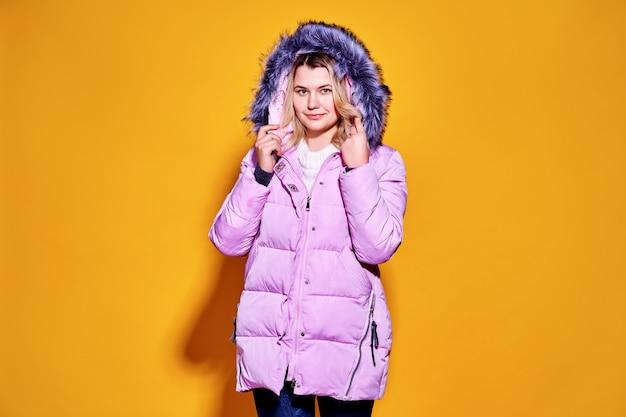 Jovem moda mulher em suma violeta jaqueta.