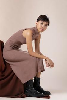 Jovem modelo asiática posando com roupas de outono